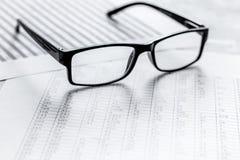 Geschäft accounter Arbeit mit Steuern und Gläser auf weißem Schreibtisch Lizenzfreies Stockfoto