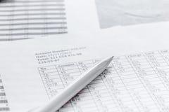 Geschäft accounter Arbeit mit Steuern und Stift auf weißem Schreibtisch Lizenzfreie Stockfotografie