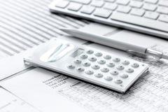 Geschäft accounter Arbeit mit Steuern und Taschenrechner auf Schreibtisch Stockfoto