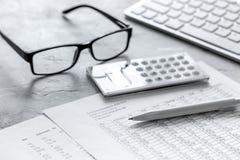 Geschäft accounter Arbeit mit Steuern und Taschenrechner auf Schreibtisch Lizenzfreie Stockbilder