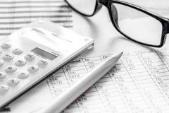 Geschäft accounter Arbeit mit Steuern und Taschenrechner auf weißem offic Stockbild