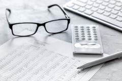 Geschäft accounter Arbeit mit Steuern und Taschenrechner auf weißem Schreibtisch Lizenzfreies Stockbild