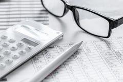 Geschäft accounter Arbeit mit Steuern und Taschenrechner auf weißem Schreibtisch Lizenzfreie Stockfotografie