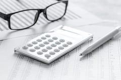 Geschäft accounter Arbeit mit Steuern und Taschenrechner auf weißem Schreibtisch Stockfotografie