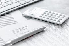 Geschäft accounter Arbeit mit Steuern und Taschenrechner auf weißem Schreibtisch Lizenzfreies Stockfoto