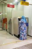 Geschäft auf ATM-Maschine Lizenzfreie Stockfotografie