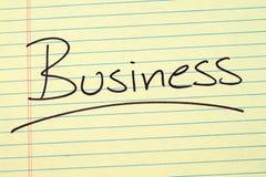 Geschäft auf einem gelben Kanzleibogenblock Stockfoto
