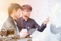 Geschäft auf Technologie stockfotografie