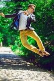 Geschäft, Bildung und Leutekonzept - glücklicher Mann in modischem Stockfoto