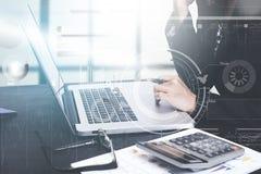 Geschäft, das an Computer mit Dokumententechnologiediagramm arbeitet Stockfotos