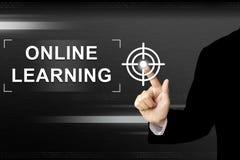 Geschäft, das Knopf auf Touch Screen online lernen von Hand eindrückt Lizenzfreies Stockfoto