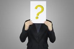 Geschäft, das Papierfragezeichenzeichen hält Lizenzfreie Stockfotografie