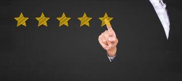 Geschäft, das Stern fünf zeigt, um die Bewertung zu erhöhen stockbilder