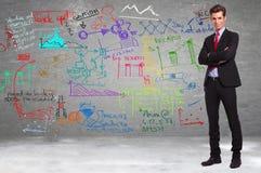 Geschäft, das voll vor einer Wand von Berechnungen steht stockbilder