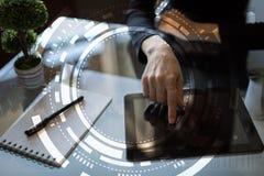 Geschäft des virtuellen Schirmes, Technologie und Internet-Konzept stockbild