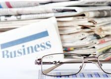 Geschäft die Zeitung mit Diagramm Lizenzfreie Stockbilder