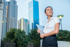 Geschäft in Dubai Überzeugte Geschäftsfrau, die auf einer Straße steht Stockbilder
