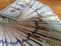 Geschäft, Finanzierung, Einsparung, Bankwesen und Leutekonzept, das US-Dollar Geld zählt stockfoto