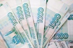 Geschäft, Finanzierung, Einsparung, Bankwesenkonzept - nahes hohes Bündel Geld russische Banknoten tausend Rubel Stockfoto