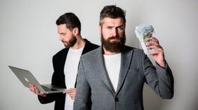 IT-Geschäft Geld überall verdienen Erwerben Sie das Online Geld Sie können Geld verdienen Team des Web-Entwicklers mit Laptop und lizenzfreie stockfotografie