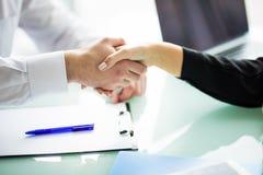 Geschäft Geschäftshändedruck und -Geschäftsleute Händedruck Geschäftskonzept im Büro lizenzfreie stockfotografie