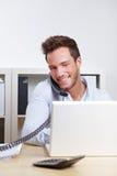 Geschäft im Büro, das Telefon herstellt Lizenzfreie Stockfotos