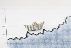 Geschäft Konzeptpapier Boot auf Diagramm Stockbilder