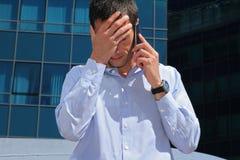 Geschäft, Leute, Ausfallung Enttäuschter Geschäftsmann Betonter Geschäftsmann, der unter Kopfschmerzen leidet Stockfotografie
