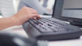 Geschäft, Leute, Technologie und Programmierungskonzept - nah oben von den Händen schreibend auf Computertastatur im Büro stock video
