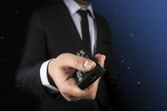 Geschäft, Leute und Technologiekonzept - nah oben vom Geschäftsmann mit Fernprüfer über Schwarzem Stockfotografie