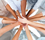 Geschäft Leutehände, die sich überlappen, um Teamwork zu zeigen stockbilder