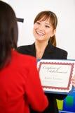 Geschäft: Manager-Presents Certificate To-Angestellter Stockfotos