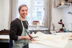 Geschäft Mannausschnittgewebe in seiner Werkstatt Stockfotos