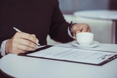 Geschäft Person Signing Contract Lizenzfreie Stockfotografie