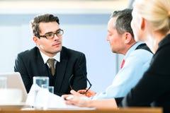 Geschäft - Sitzung im Büro, Leute, die mit Dokument arbeiten Stockfotos
