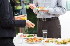 Geschäft spricht während des Mittagessens Lizenzfreies Stockfoto