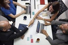 Geschäft Team Brainstorming auf Sitzungs-Werkstatt Stockfotos