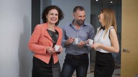 Geschäft Team Coffee Break Relax Concept Stehen Geschäftsleute Kollegen in einer informellen Einstellung in Verbindung und lachen stock video