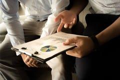 Geschäft Team Discussion Break Concept Close oben an den Diagrammen Lizenzfreies Stockfoto