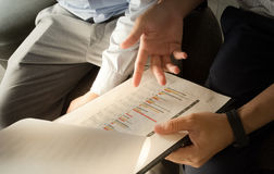 Geschäft Team Discussion Break Concept Close oben an den Diagrammen stockbild