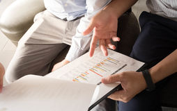 Geschäft Team Discussion Break Concept Close oben an den Diagrammen stockfotografie