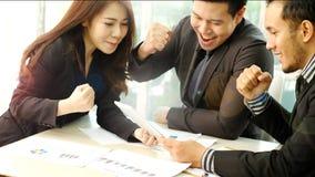Geschäft Team Look Excited für Leistung Lizenzfreie Stockfotos