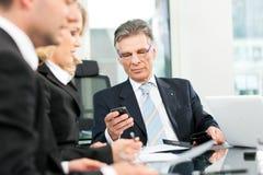 Geschäft - Teamsitzung in einem Büro Lizenzfreie Stockfotos