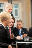 Geschäft - Teamsitzung in einem Büro Stockfotografie