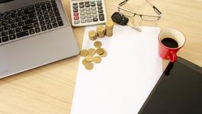 Geschäft und Finanzierung mit Goldmünzestapel- und -autoschlüssel und rotem c lizenzfreie stockfotografie