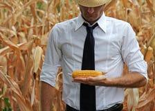 Geschäft und Landwirt, die seine Produkte überprüfen Lizenzfreies Stockbild
