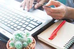 Geschäft und online kaufen mit Kreditkarte, den Frauenhänden unter Verwendung des Laptops und Kreditkarte Stockbild