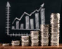 Geschäft und wachsendes Finanzkonzept mit Diagramm und Münzen Stockfotos