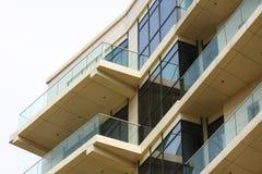 Geschäft und Wohnglasgebäude Stockfotos