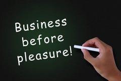 Geschäft vor Vergnügen lizenzfreie stockbilder